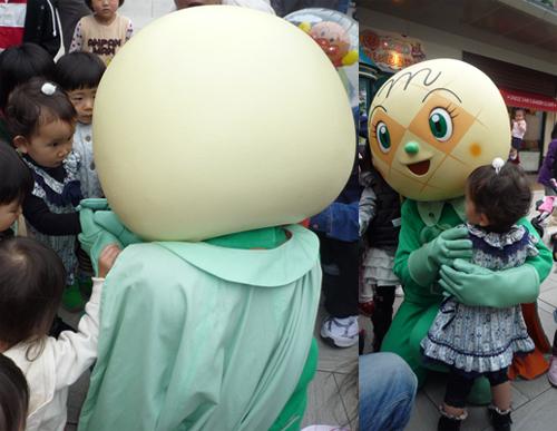 メロんパンナちゃんに抱っこ.jpg